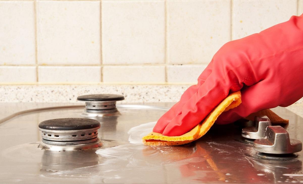 Чтобы не повредить кожу рук, чистить плиту лучше всего в перчатках