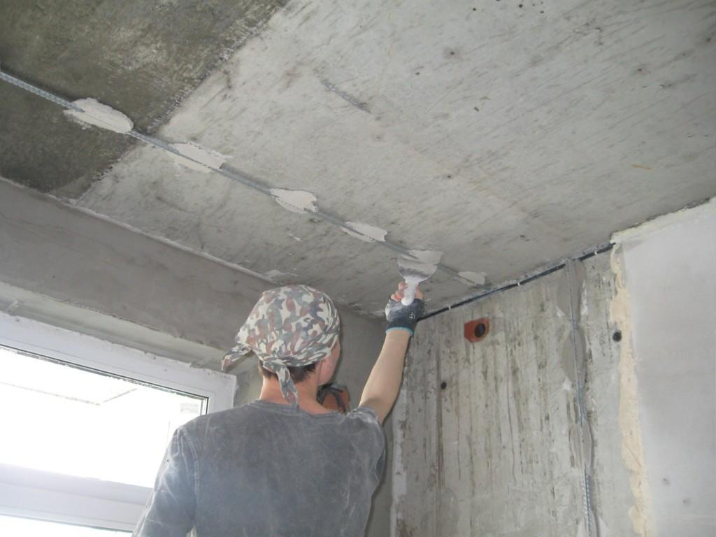Точно выставленные маячки определят качество чернового потолка при выполнении строительных работ