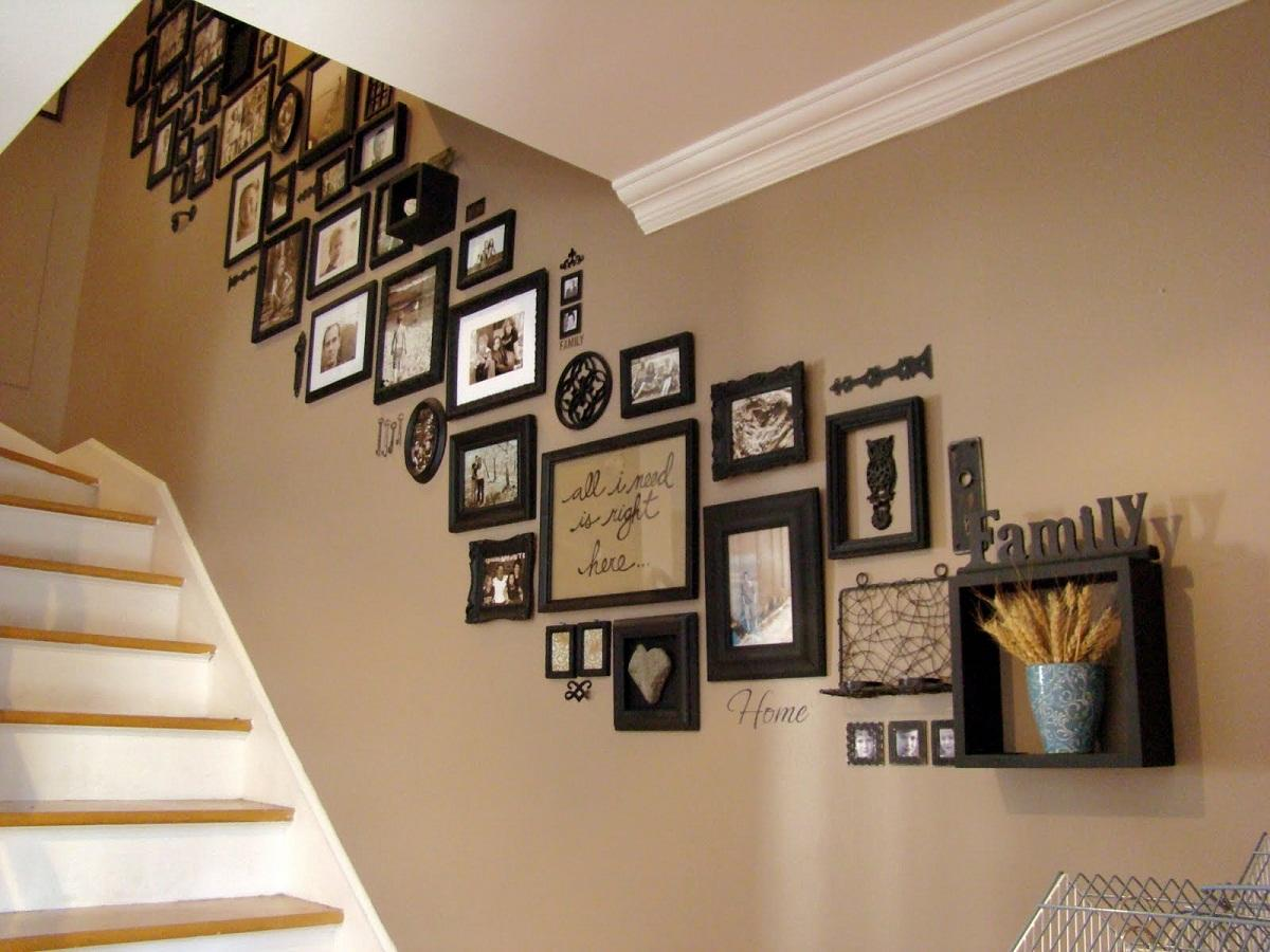 Как красиво разместить фото на лестнице