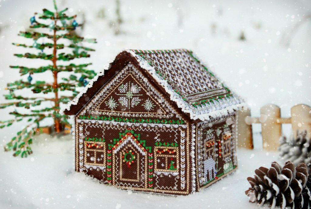 Сделать вышитый пряничный домик несложно, главное – заранее приобрести все необходимые материалы для работы и запастись хорошим настроением