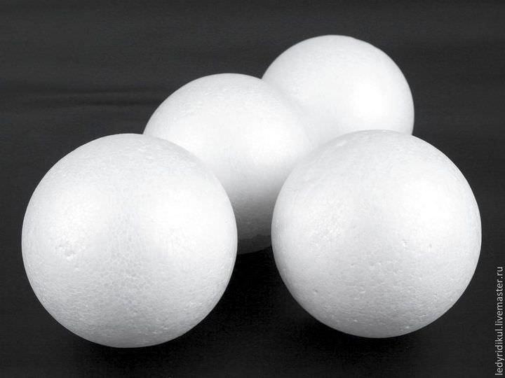 Не все мастера приемлют пенопластовые шары за счет их характеристик: они слишком твердые и менее цепкие, чем другие материалы