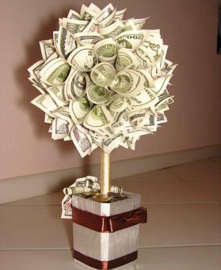 Топиарий из денежных купюр – очень популярный предмет в декоре комнат