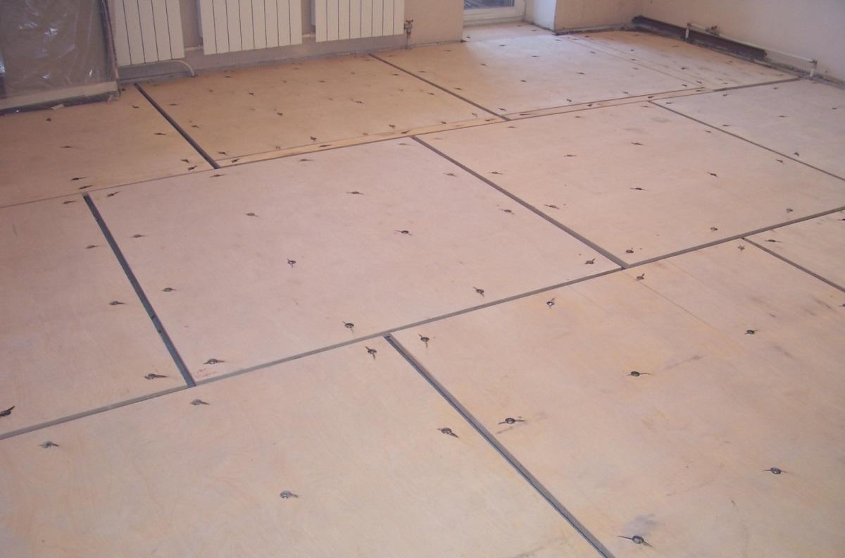 Чтобы заделать швы между фанерой на полу, необходимо подобрать именно шпатлевку для деревянных полов, поскольку другая просто не выдержит нагрузки