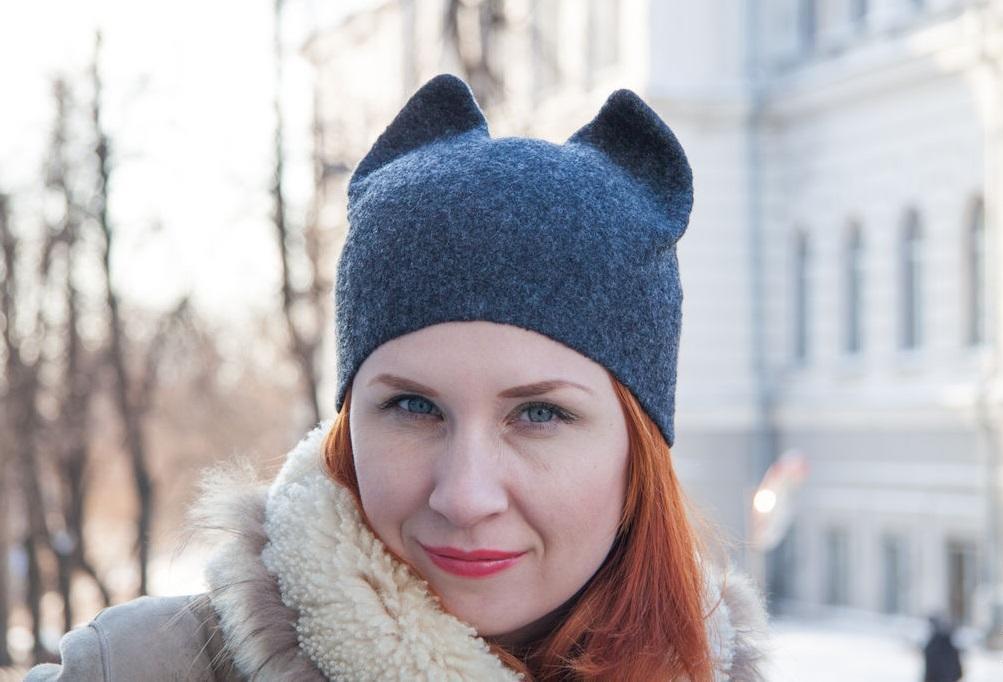 Система валяния шапки с ушками ничем не отличается от шапки обычного образца : накладываем несколько слоев шерсти, хорошенько смачивая и утрамбовывая с обеих сторон выкройки