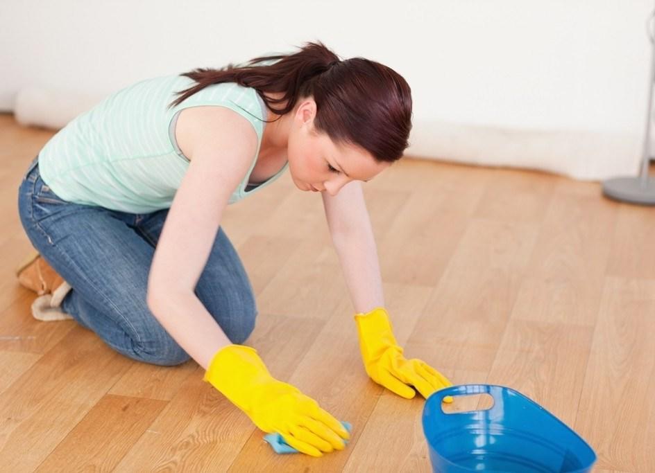 Для чистки линолеума специалисты рекомендуют выбирать неагрессивные чистящие средства