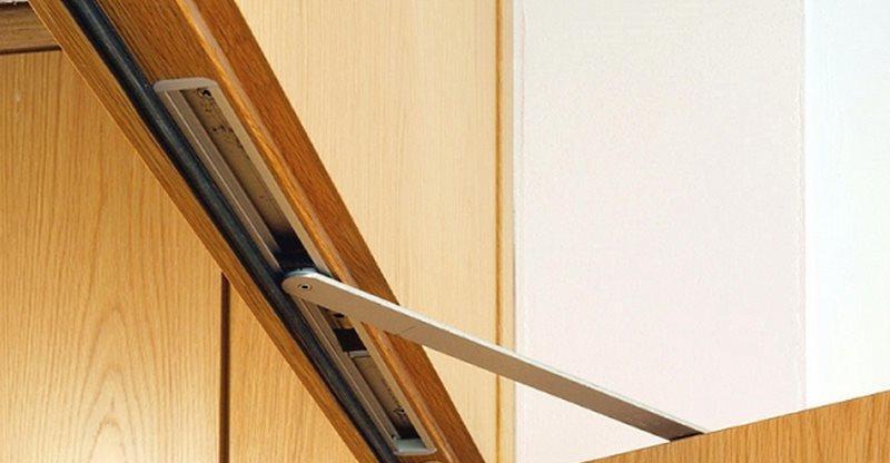 Доводчики для межкомнатных дверей могут быть скрытыми или накладными