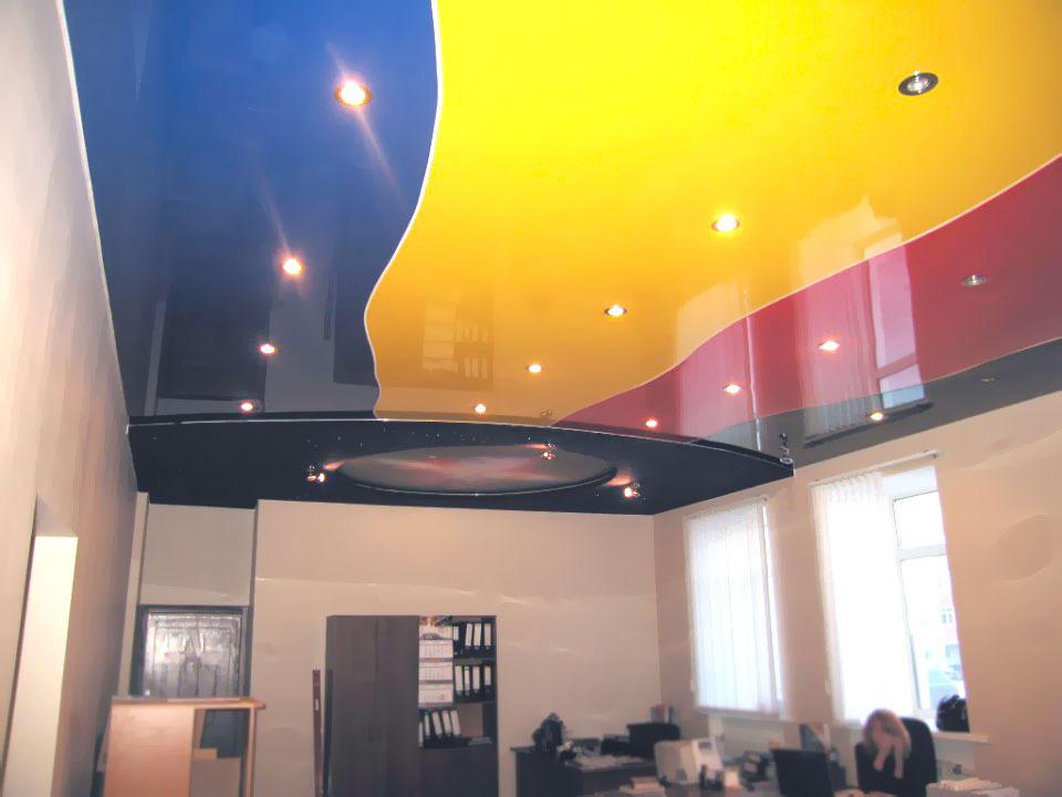 Сделать разноцветный потолок еще интереснее и ярче можно при помощи точечных светильников