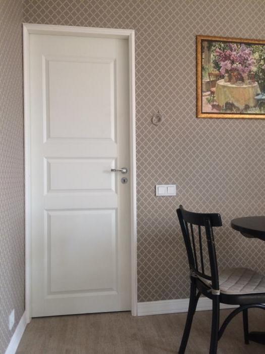 Для двери, находящейся в углу, отлично подойдут узкие наличники
