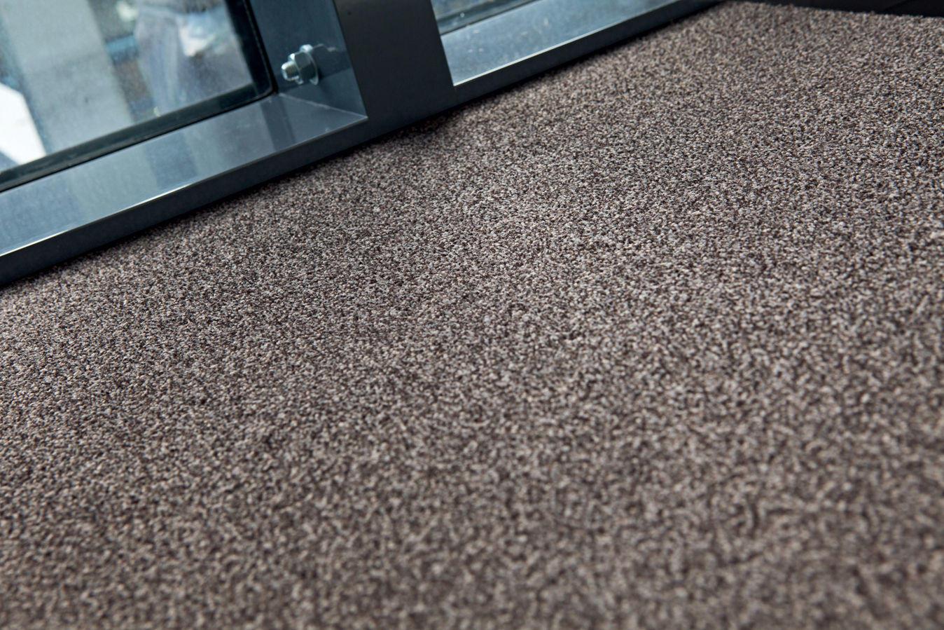 Именно с «ковролином» нужно быть крайне осторожным при выборе, так как это покрытие имеет свойство накапливать в своей структуре большое количество пыли и грязи
