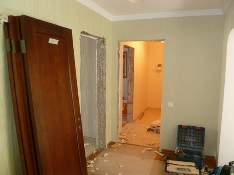 Когда хозяин квартиры намеревается кардинально изменить стиль интерьера в своем доме, ему предстоит выполнить такую работу, как демонтаж старых межкомнатных дверей