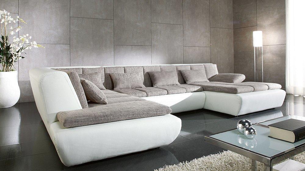 Большой диван для гостиной даст возможность расположить большое количество гостей