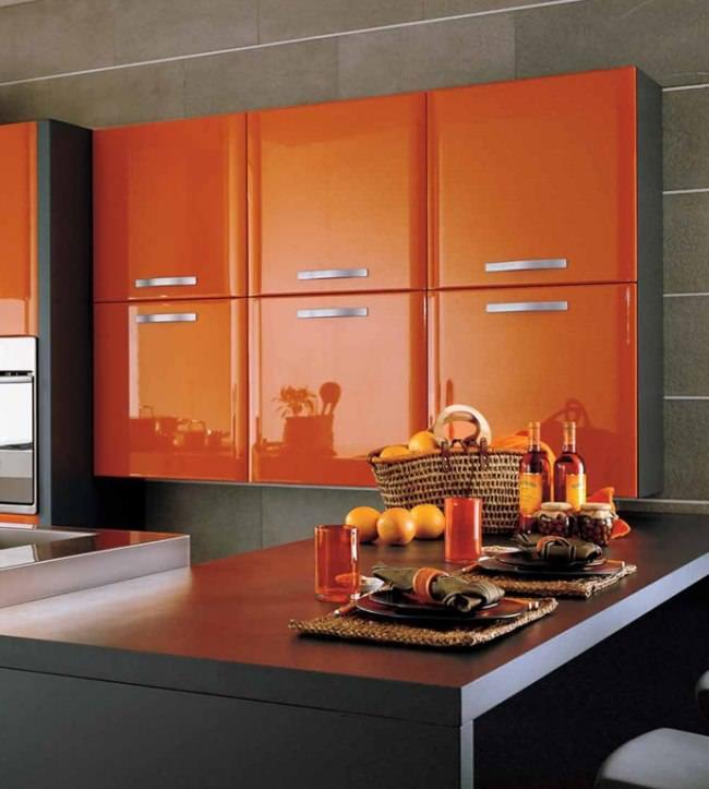 Отличным элементом декора в кухне оранжевого цвета будут различные коллажи и фрукты в корзине