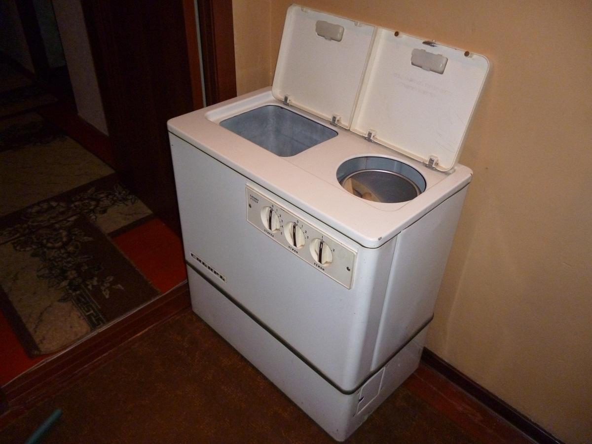 При покупке стиральной машины полуавтомат стоит обращать внимание на ее мощность и количество потребляемой электроэнергии