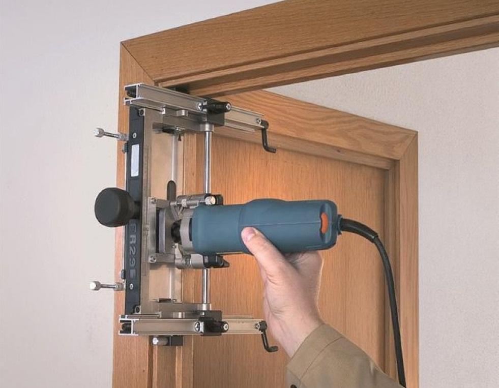 Любые вспомогательные инструменты для монтажа межкомнатных дверей можно купить в интернете или строительном магазине
