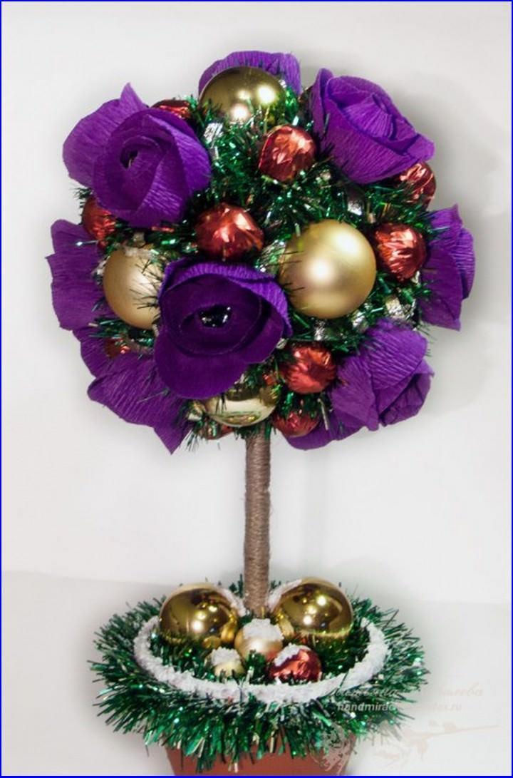 Дополнив цветы из гофры елочным декором, можно получить топиарий к новогоднему торжеству