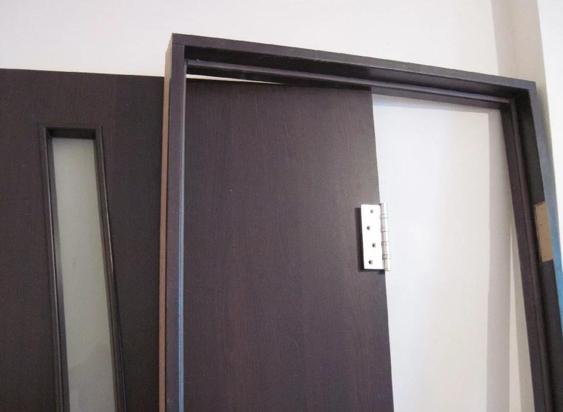 Дверную коробку рекомендуется окрашивать в тот же цвет, что и двери