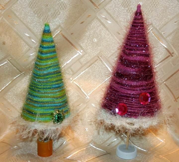 В качестве украшения для елки из пряжи можно использовать не только елочные шары, но и бантики, паетки, стразы или стеклярус