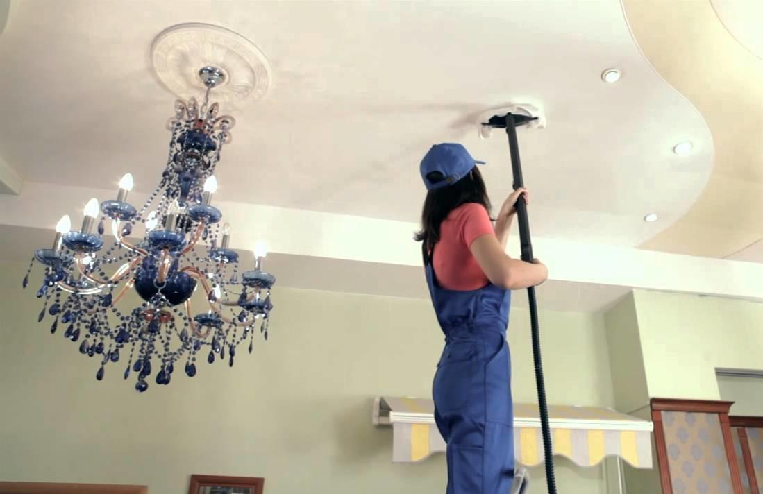 Специальная швабра была и остается лучшим орудием для очистки потолка благодаря наличию мягкой насадки