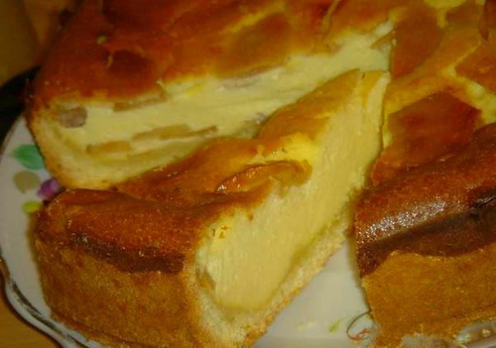 Часто диетическую шарлотку делают на кефире, в этом случае снижается содержание муки и яиц, а кефира берется грамм двести