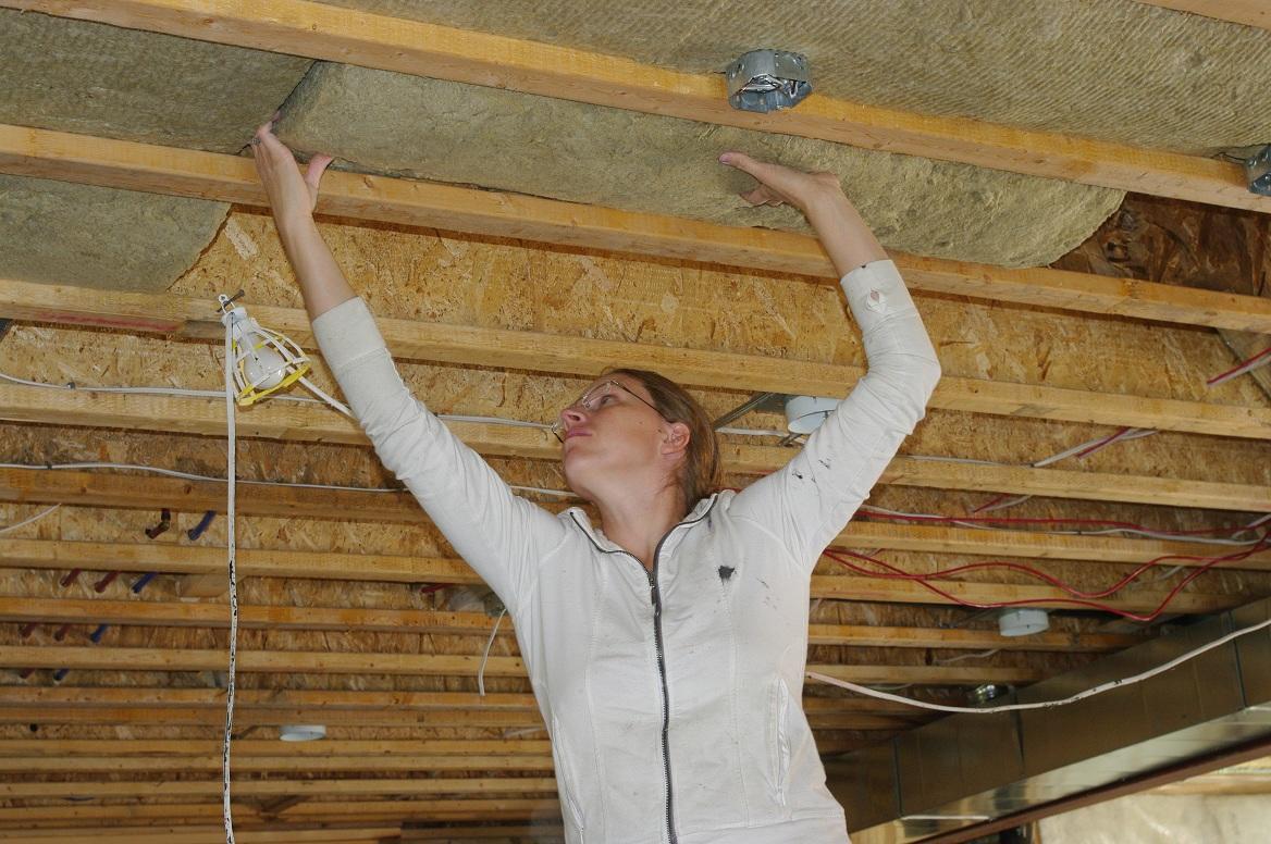 Любые плиты для утепления потолка в бане следует укладывать с зазорами, а пустоты заполнять утеплителем