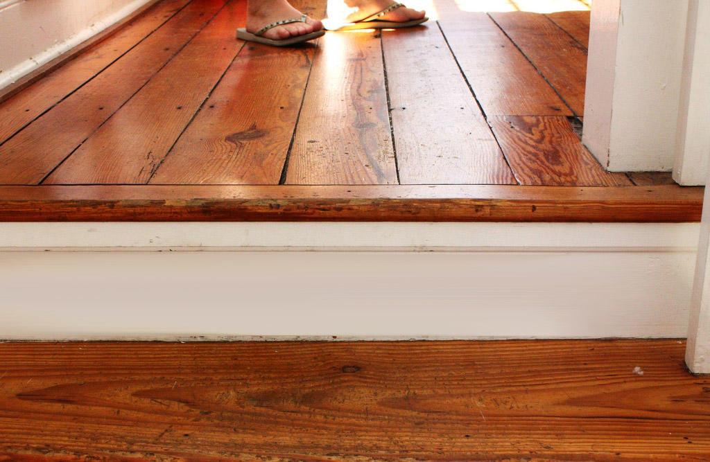 Избавиться от скрипа в старом полу можно, если его полностью заменить на новый