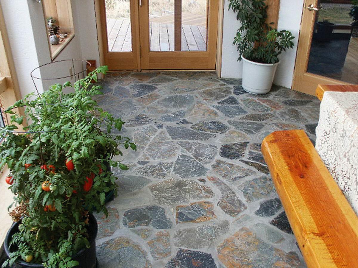 Каменные полы очень долговечные, а так же выглядит очень стильно