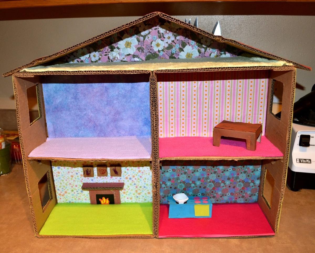 Кукольный домик из картона является отличным подарком для маленькой девочки