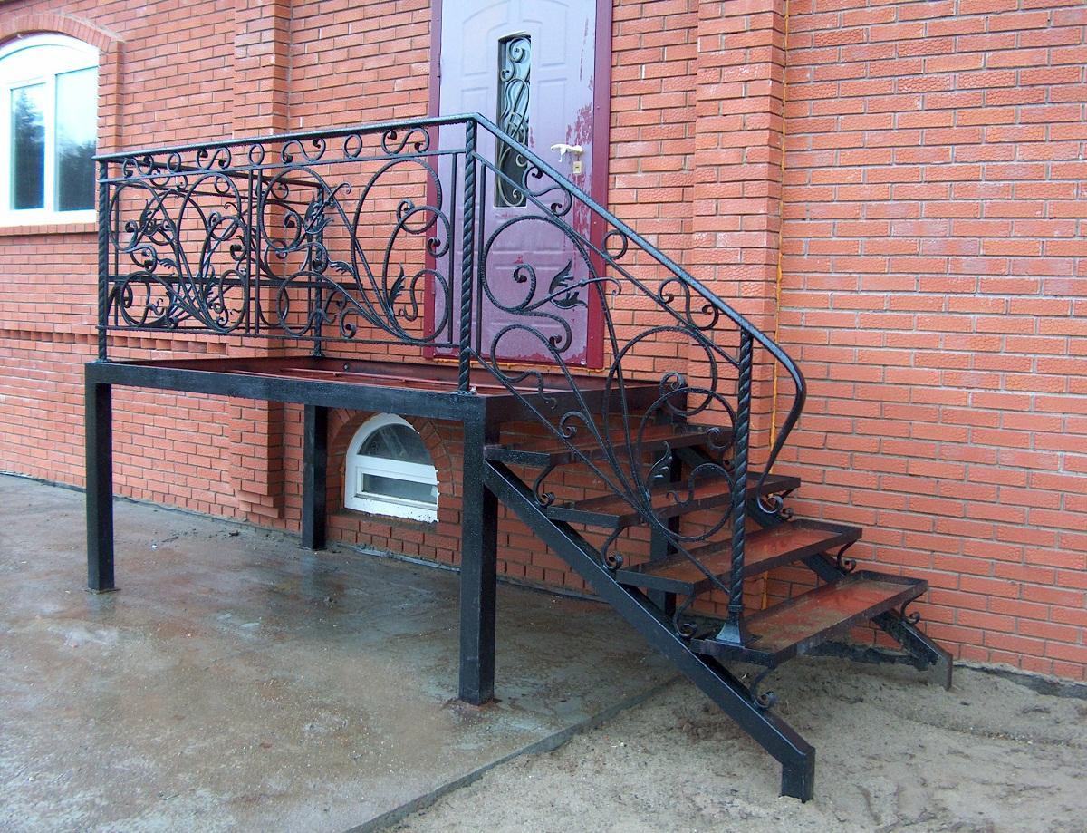 Выбирать дизайн металлической лестницы для улиц следует в зависимости от стиля экстерьера здания