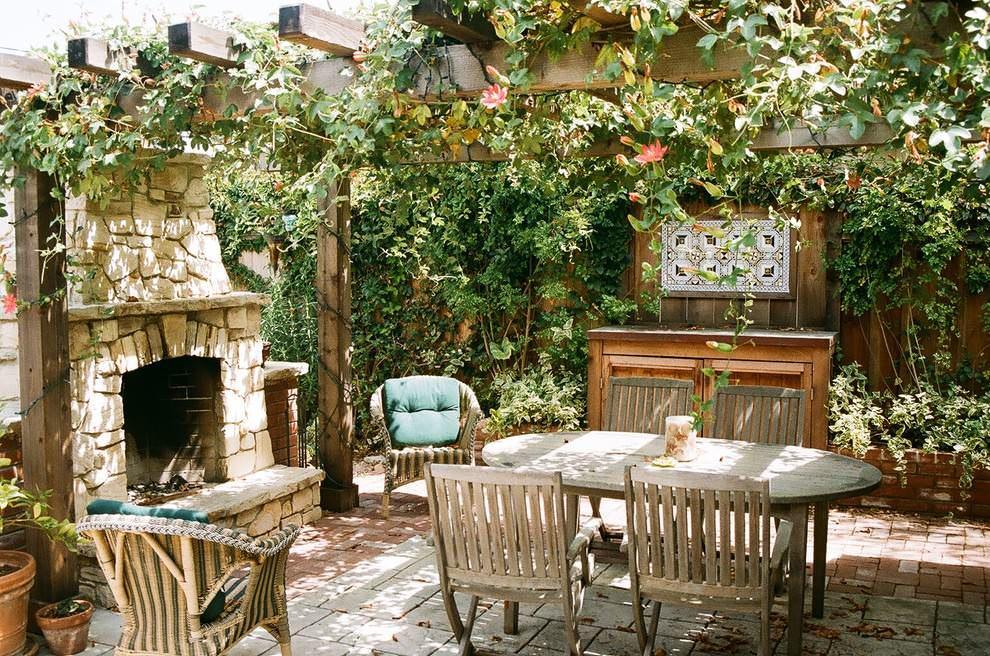 Вьющиеся растения и декоративные панно отлично дополнят интерьер летней кухни и сделают ее еще более уютной