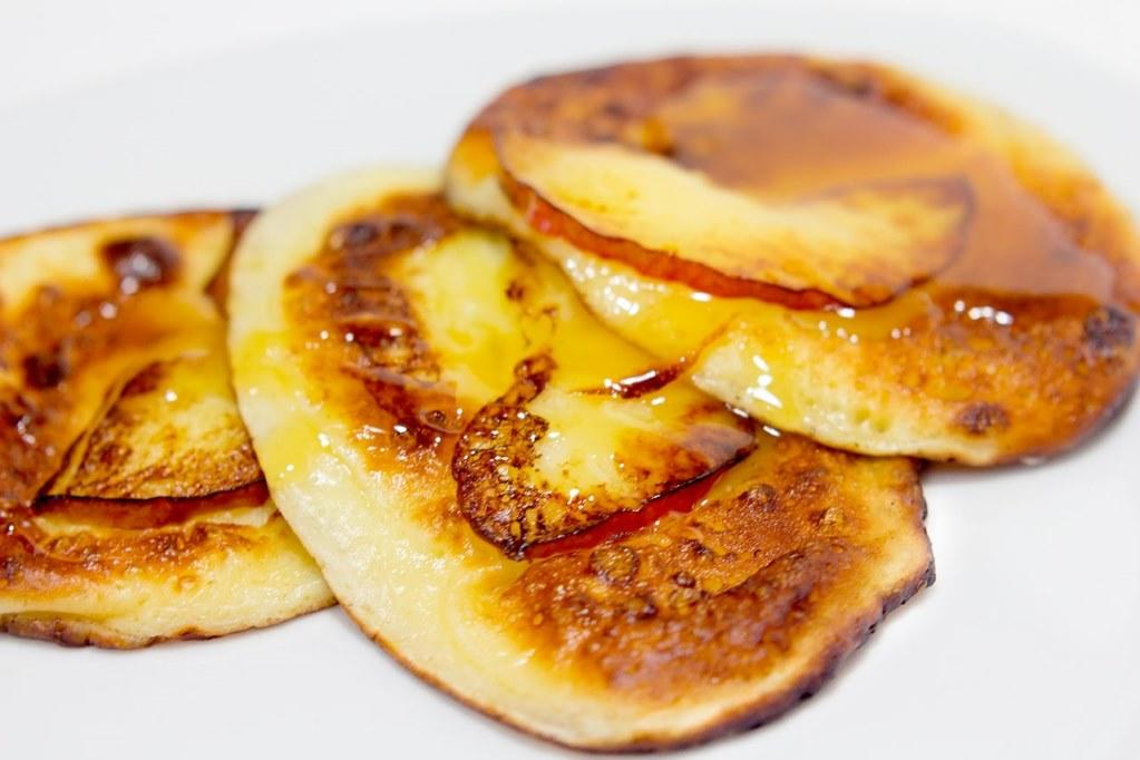 Бисквитные оладьи из яблок - рецепт пошаговый с фото