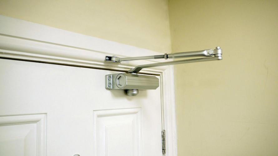 Доводчики для входных дверей устанавливаются для удобства эксплуатации дверных конструкций