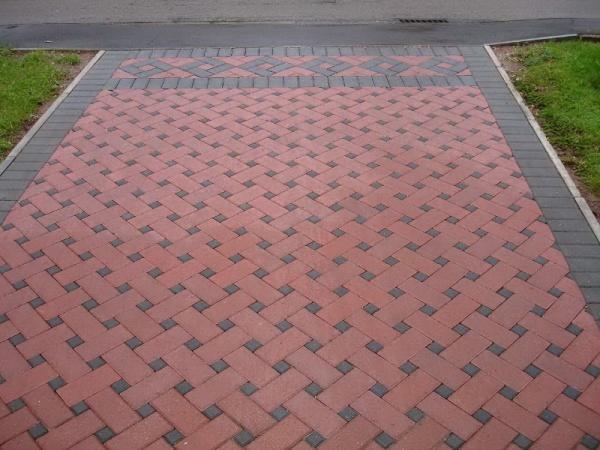 Тротуарная плитка – прочный, морозоустойчивый материал, который имеет множество цветов