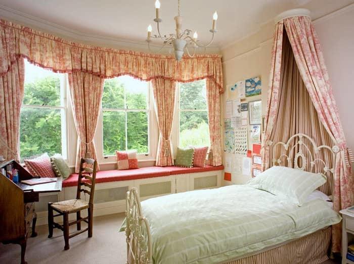 Оформление окна в спальне — важное дело для завершения интерьера комнаты