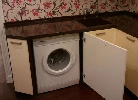 Очень часто стиральную машину размещают не в ванной комнате, а на кухне