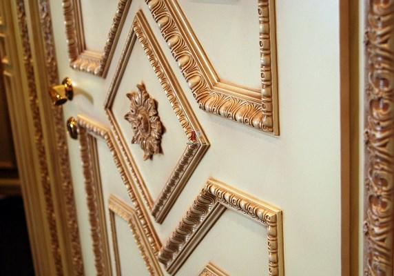 Обновить дверь и сделать ее красивее можно при помощи красивого декора