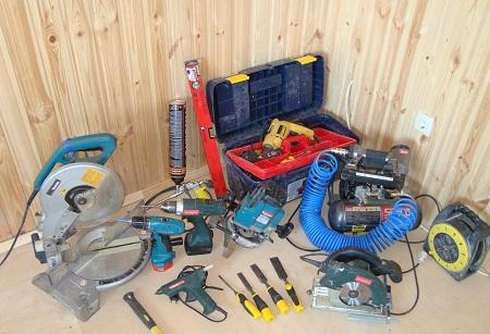 Перед применением инструментов для установки дверей следует ознакомиться с инструкцией по их использованию