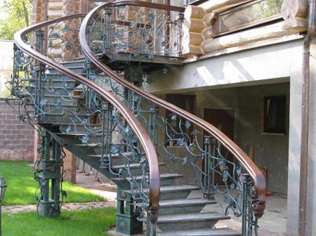 Металлическая лестница на улице является практичным и полезным изделием