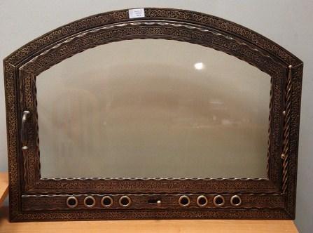 Дверцы для камина могут отличаться по форме, размеру, стилю и материалу, из которого они изготовлены