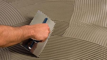 Как приклеить плитку на пол которая отпала