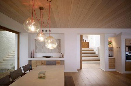 Среди преимуществ деревянных потолков следует отметить хорошие эстетические качества и длительный срок службы