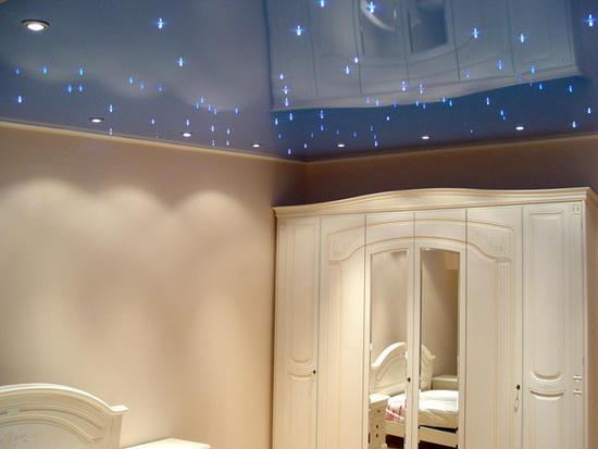 Для современной комнаты лучше всего выбирать натяжной потолок с интересными узорами