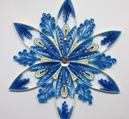 Снежинки, сделанные в технике квиллинг, могут отличаться по форме и цвету