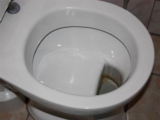 Как правило, унитаз с полочкой в чаше использовали для обустройства советской ванной комнаты