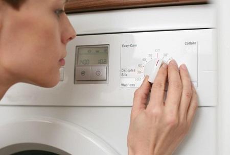 Если не включается стиральная машина, то первым делом стоит проверить, есть ли напряжение в розетке
