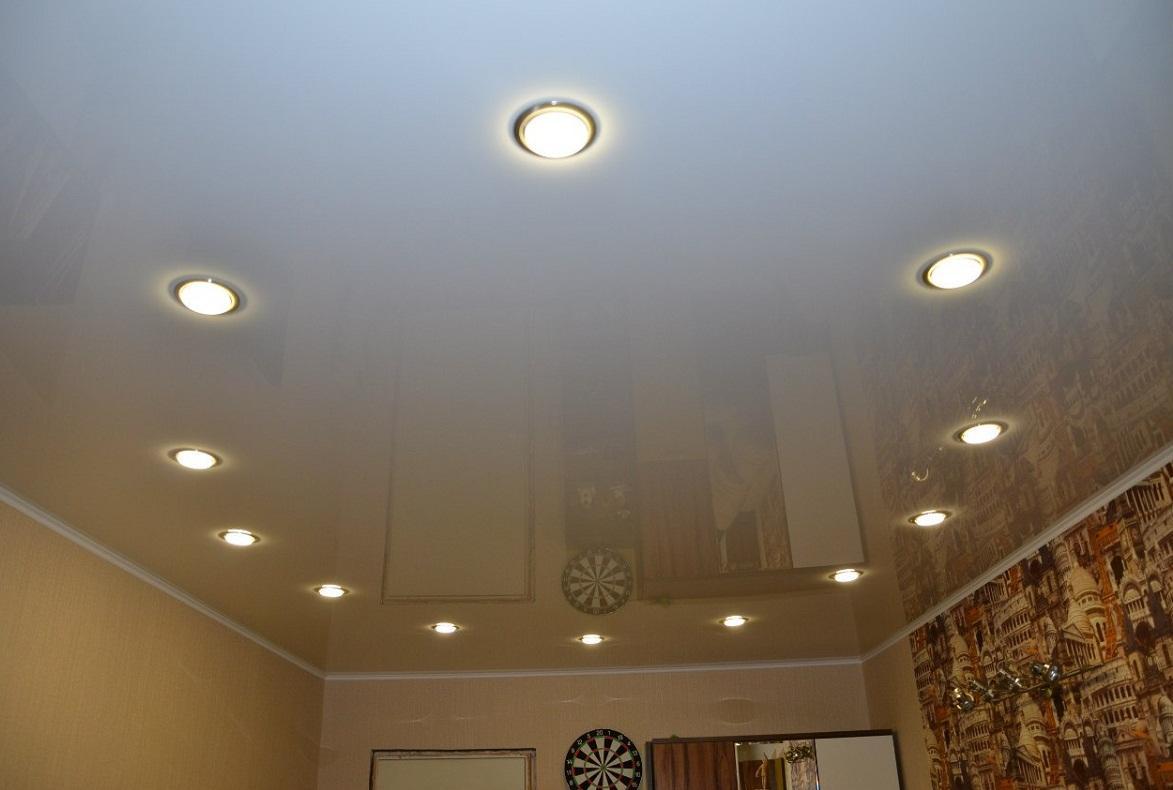 Натяжные потолки отлично смотрятся в сочетании с точечными светильниками