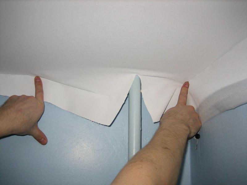 Для того чтобы обвод труб не испортил поверхность потолка, следует обратиться за помощью к специалистам