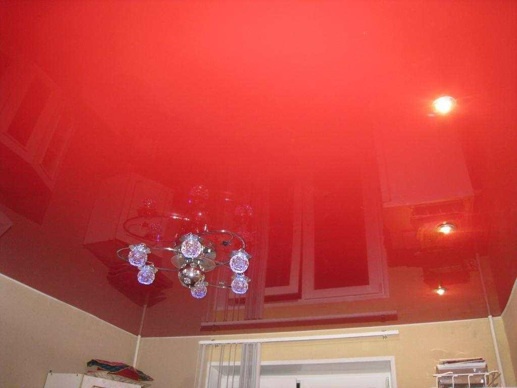 Монтаж натяжного потолка - довольно сложный процесс. Во время установки потолка можно испачкать обои: поэтому сначала следует монтировать навесной потолок