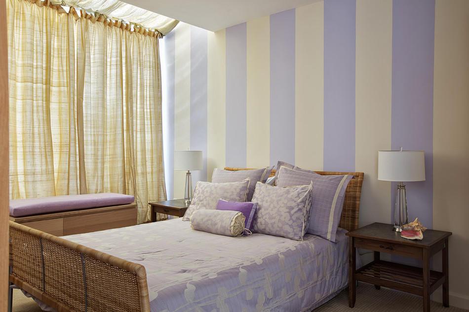 Обои с вертикальными полосами способны сделать выше небольшую спальню с низкими потолками