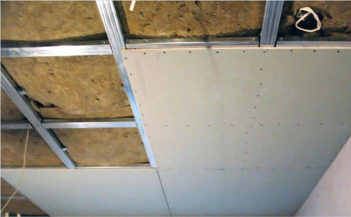 Перед тем как начинать монтировать гипсокартонные листы, в обязательном порядке следует сделать замеры потолка