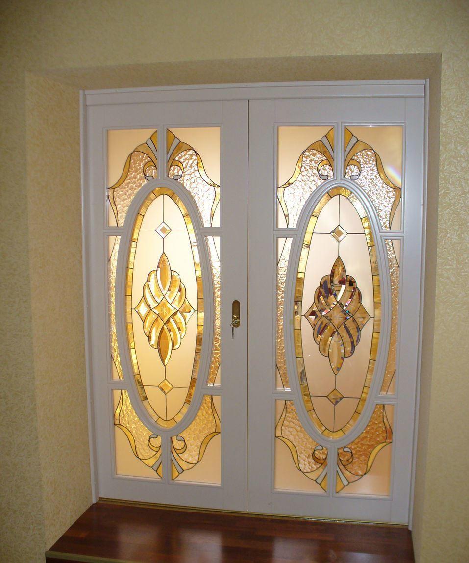 Креативные витражные двери прекрасно дополнят интерьер помещения, который оформлен в классическом стиле
